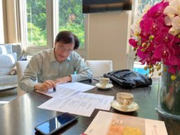 Mr. Li Chairma signing the contract with Kampo Senjido Japan